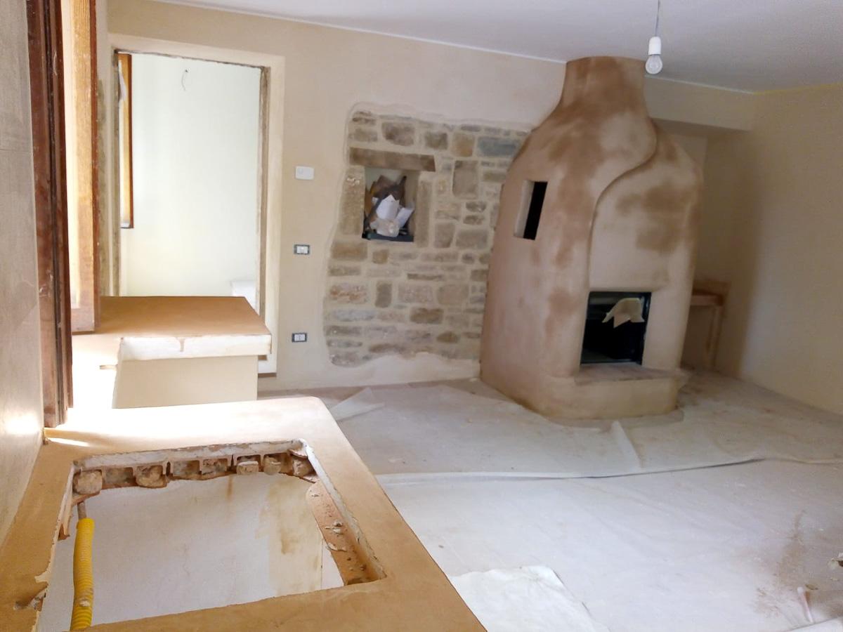 Pavimento, pareti e camino in argilla_La Casa di Terra